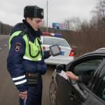 Сотрудник ДПС показывает фото нарушения: юристы советуют соблюдать 3 правила
