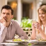 Убери локти, спрячь телефон. 10 элементарных правил поведения в ресторане